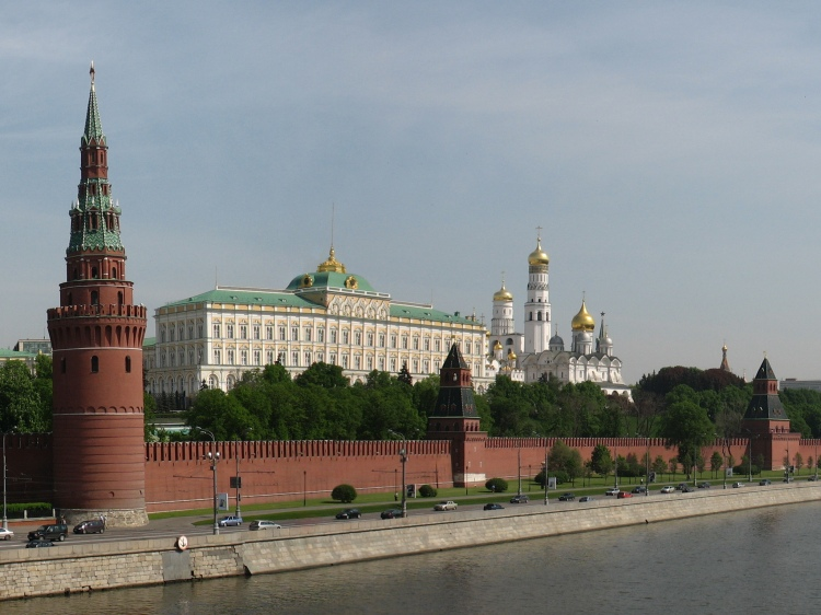 Moscow_Kremlin_from_Kamenny_bridge.jpg